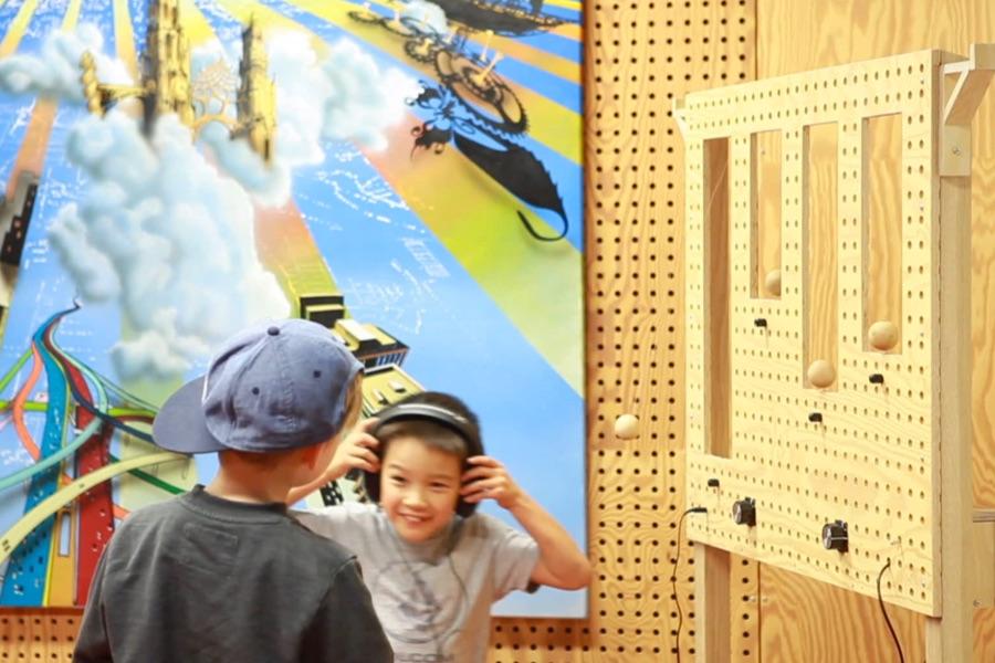 To børn udforsker lydinstallationen